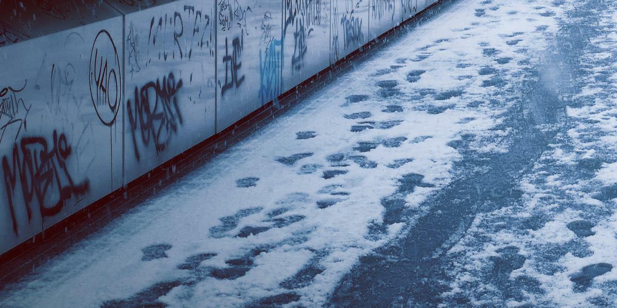 Wypadek na oblodzonym chodniku. Jak uzyskać odszkodowanie?